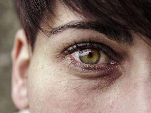 Die zarte Haut der Augenpartie braucht besondere Pflege