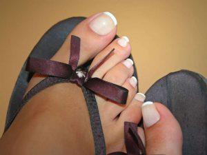 Ein schlichter und eleganter Blickfang: French-Nägel an den Zehen