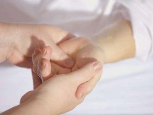 Entspannen Sie bei einer Handmassage im Wellness Point Essen
