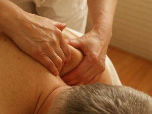 Zum Wellness-Paket für Männer gehört eine wohltuende Rückenmassage