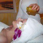 Auf Wunsch erhalten Sie unsere wohltuende ayurvedische Massage mit Stirnguss