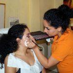 Unsere Kosmetikerin setzt an den Augen erste Akzente