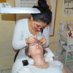 Härchen für Härchen wird bei der Wimpernverlängerung angebracht