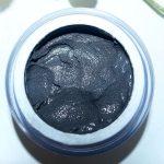 Magnetische Substanzen, die Giftstoffe absorbieren, verleihen der reinigenden Maske von Deynique ihre typische Farbe