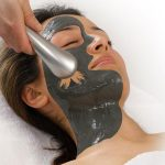 Die Anti-Tox-Maske von Deynique wird mit Hilfe von Magnetkraft entfernt, © DEYNIQUE Cosmetics