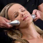 Die sanfte Magnetmassage stimuliert den Lymphfluss und trägt zur Verbesserung des Hautbildes bei, © DEYNIQUE Cosmetics