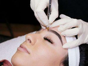Beim Microblading wird die Haut an Ihren Augenbrauen ganz leicht angeritzt und eingefärbt